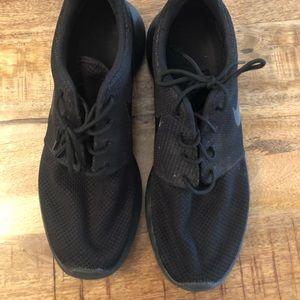 Men's Nike black Roche sneakers